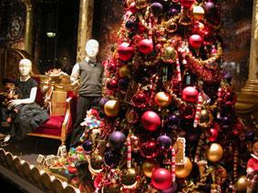 alexandra reill: weihnachtsauslage im kaufhaus des westens, photo series 2009. sujet IV